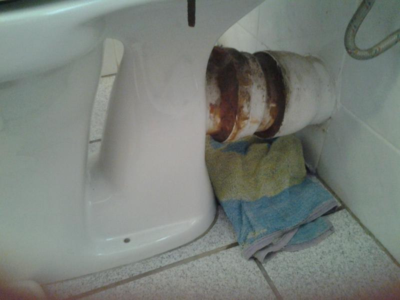 Waterschade Toilet De Spoelbak In Woonhuis In Lissen